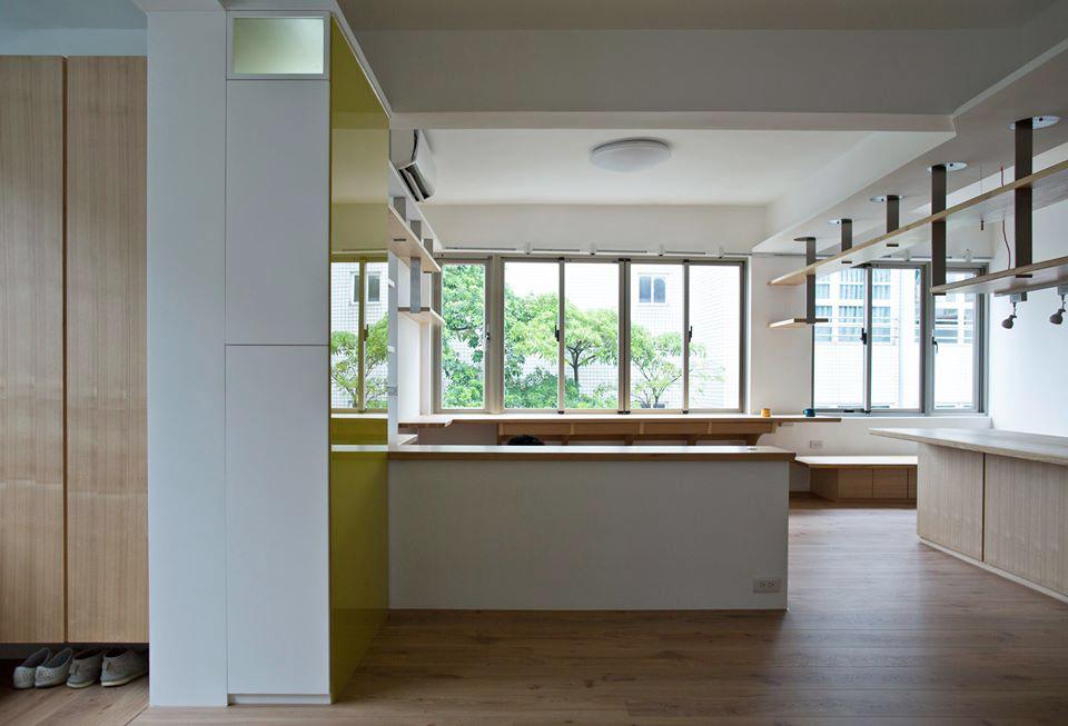 開放的空間分別是客廳與緊鄰的書房,而這兩者之間有一個腰櫃做為空間的區隔,它的另一個重要的功能就是要化解橫越這個開放空間的一支樑