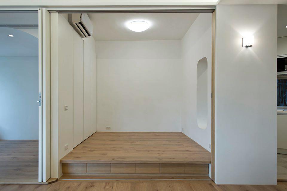 和室拉門打開時收納於一固定木作牆面後,牆上的壁燈負責通往廚房與廁所入口的照明