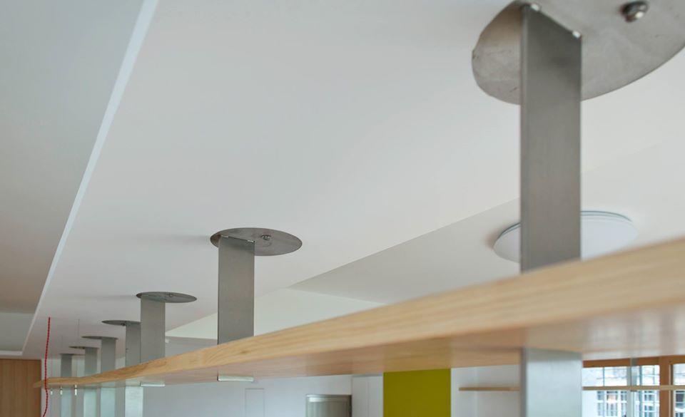 上方的書架是由不銹鋼架與層板組成的