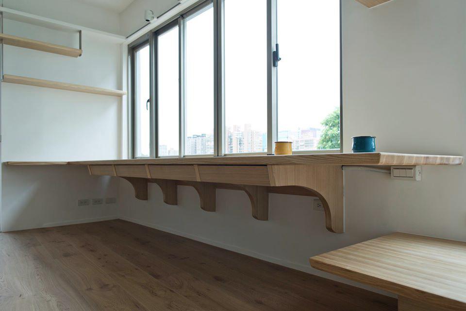 整座書桌懸掛在窗台邊