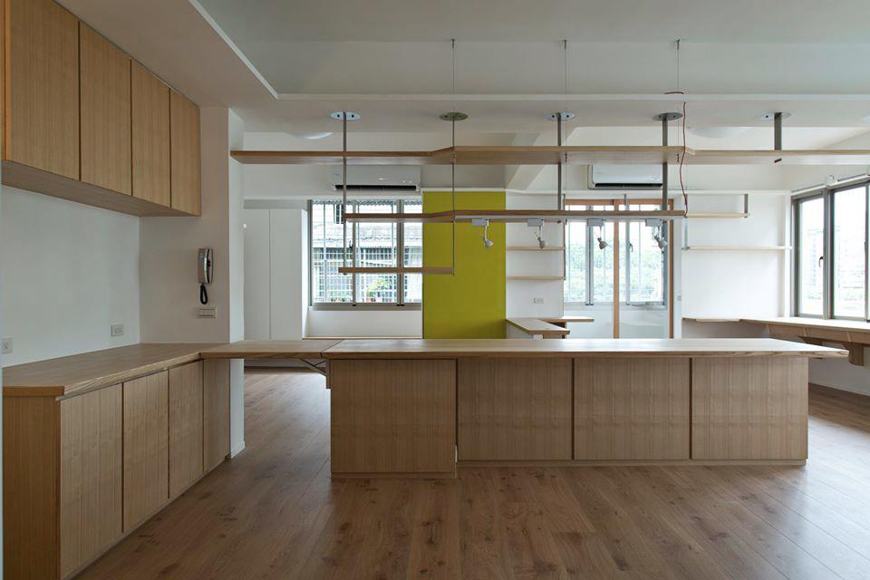 延伸餐桌的端部是一個電器櫃,主要的功用是將廚房除了熱炒以外的部分移到外面開放的部分來