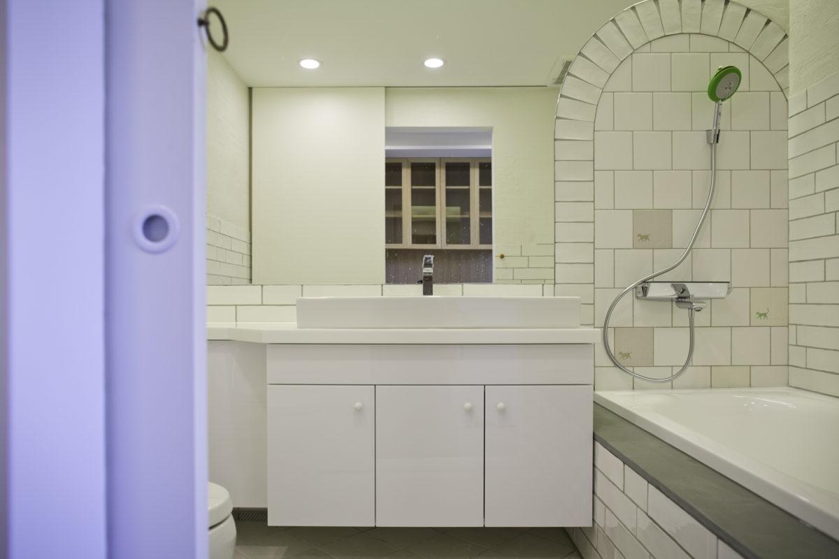工作間旁則是小孩房的廁所。業主選了可愛的青蛙蓮蓬頭以及可愛的瓷磚,我的工作就是整合這些材料的童趣特色,成為一間讓小朋友喜愛的廁所!