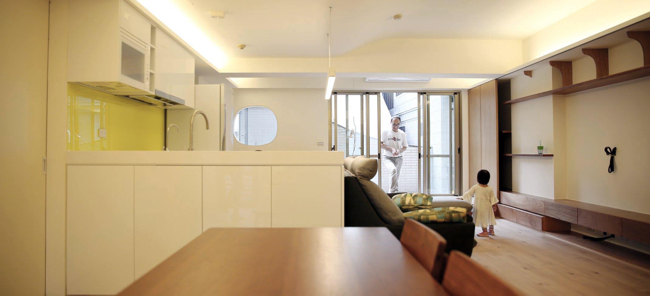 從玄關看客廳與廚房