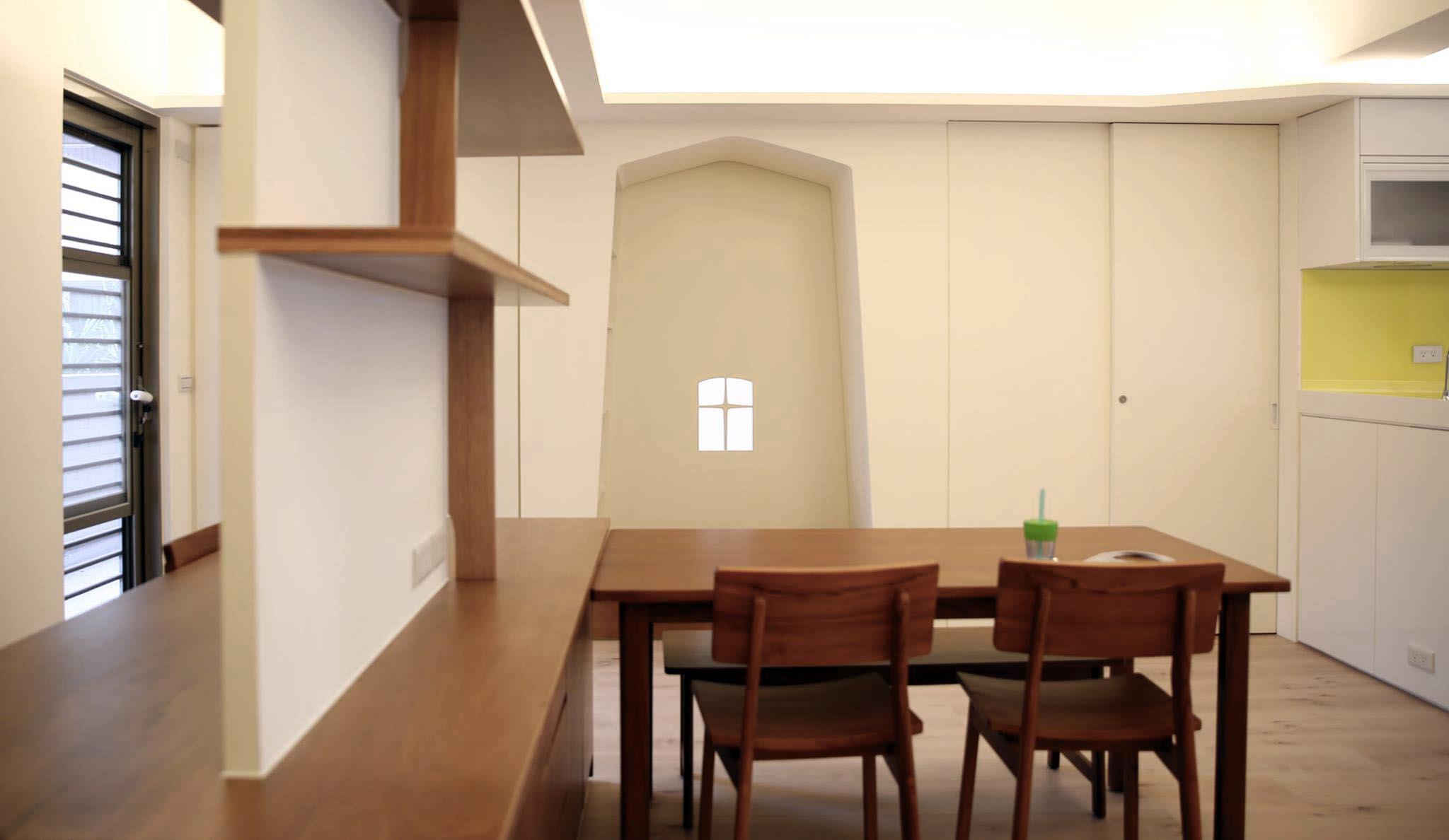 從玄關看餐廳與孩臥入口門洞 餐廳往後陽台走是閱讀區