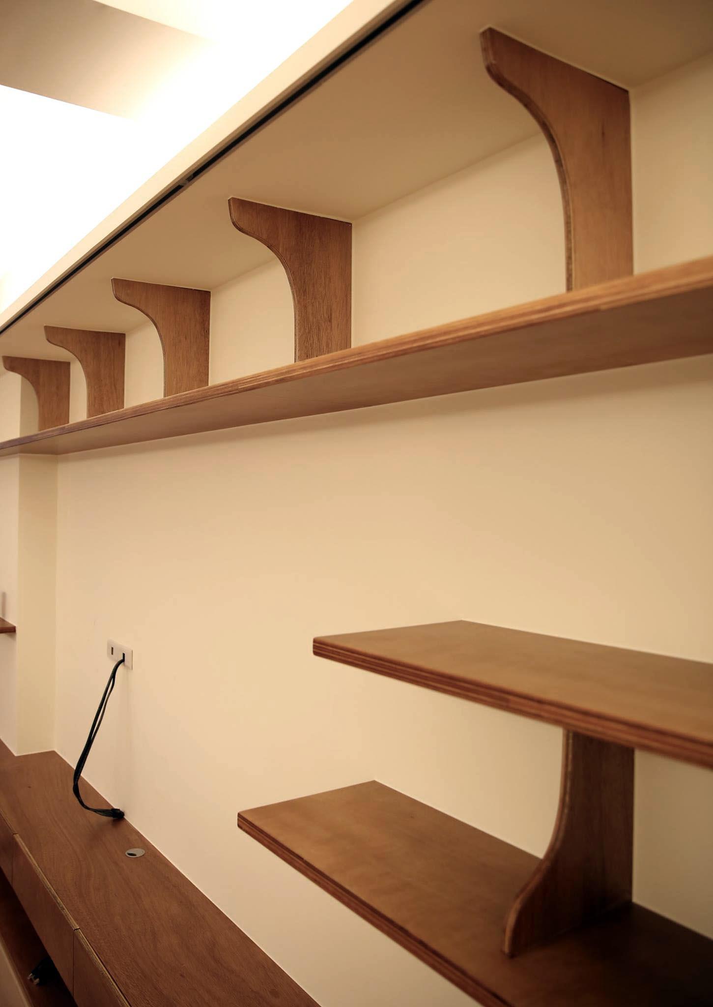 全室木作以夾板做完成面 為突顯夾板層疊的斷面紋理 我設計了造型簡單較不費工 但視覺上有效果的書架立板結構