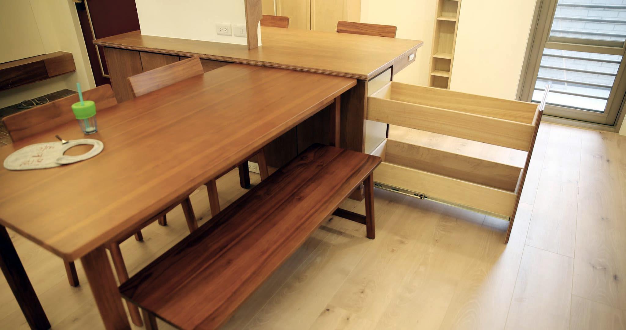藏在閱讀區書桌下方還有一個側拉櫃,是雜物零食的好所在