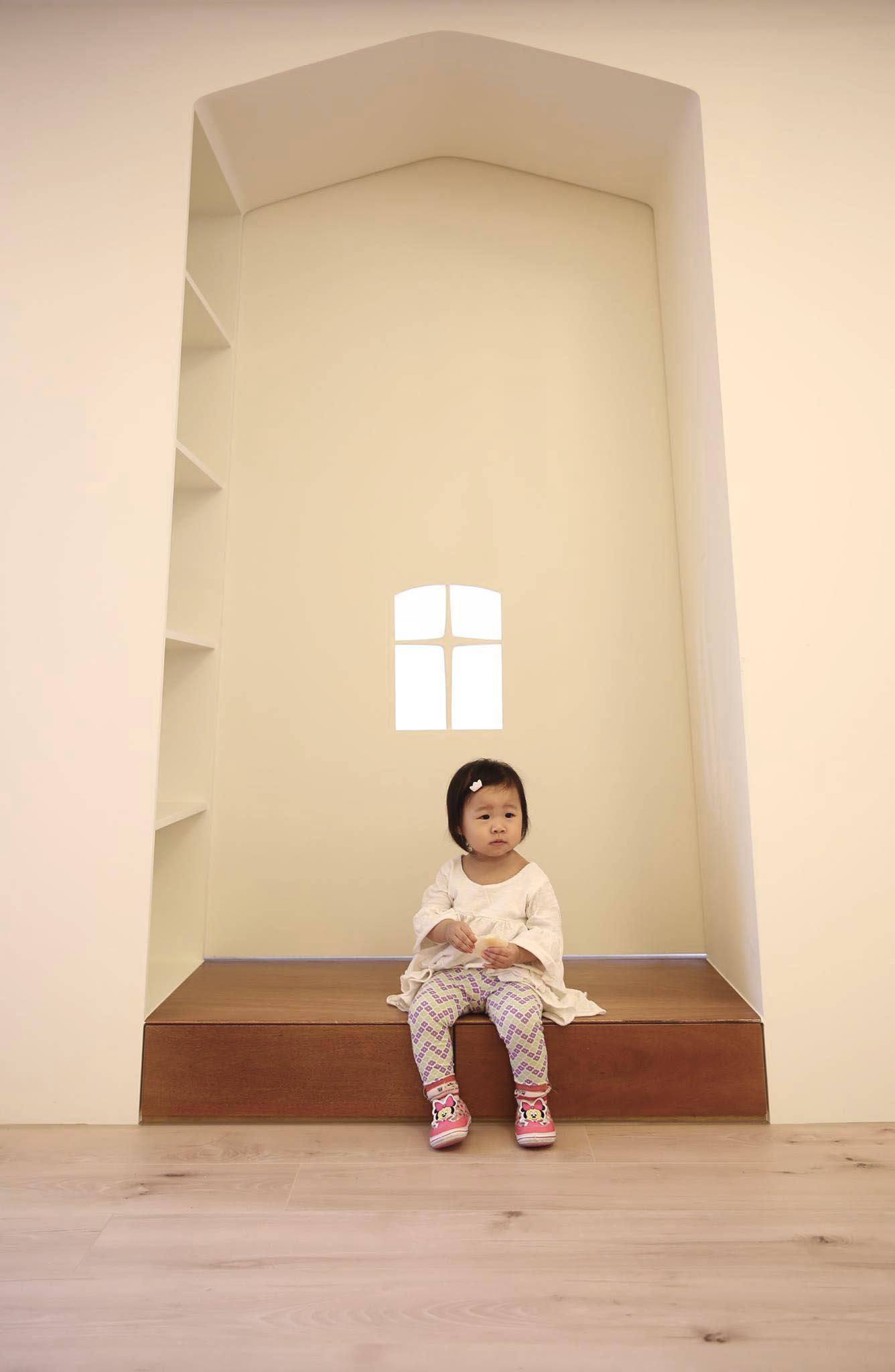 孩臥入口意象呼應業主的宗教信仰,60公分的入口深度希望營造出門廊的味道,側邊有大格書架可以放孩子的童書或玩具,是入口,也可以是一個小閱讀角。