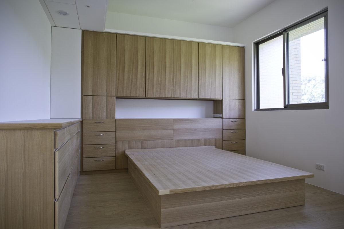 主臥床頭櫃、床架都是利用舊有木作修改而成。