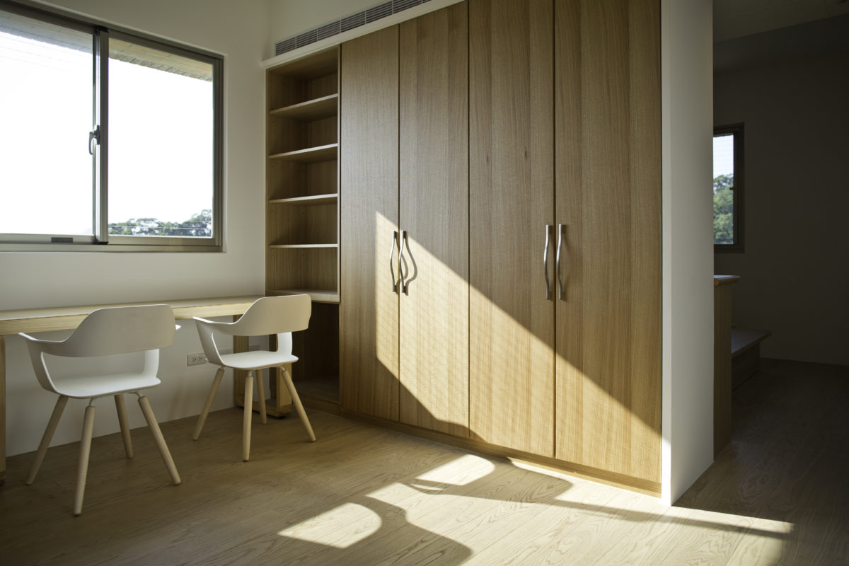 更衣室所有的衣櫃皆為舊櫃修改。陪業主挑選的書桌椅讓更衣室有了多重的用途。