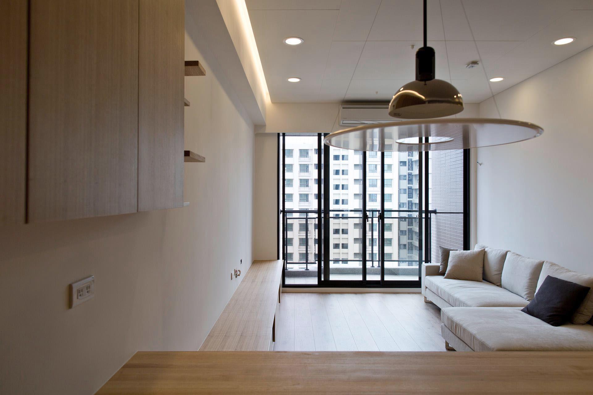 從餐廳看客廳,落地窗搭配整合過的水平線條,空間感開闊