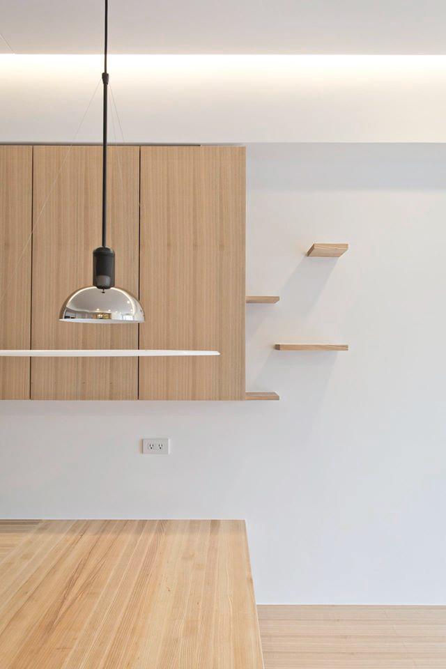 栓木實木拼板的餐桌,是我特意下台中工廠親自排列好的木紋次序,希望盡量發揮出實木的質感與特色