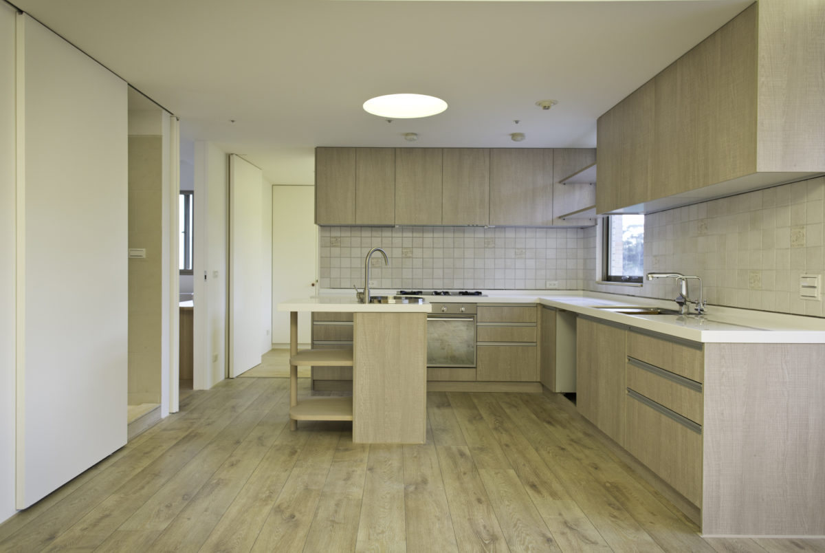 開放廚房分為兩個部分,分別是中央的廚具與小中島區,以及右邊的電器櫃區。與廚房相鄰的是父母房與女兒房。