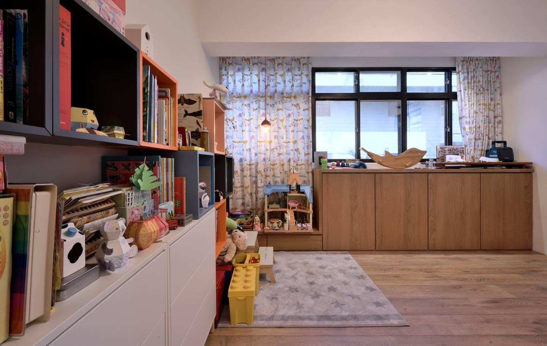 廚房旁邊就是女兒的房間,窗邊的櫃子是我幫她設計的小衣櫃與玩具屋台座,台座下還有兩個大抽屜可放玩具。