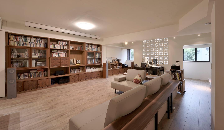 在工作室與書房區之間的緩衝區是客廳