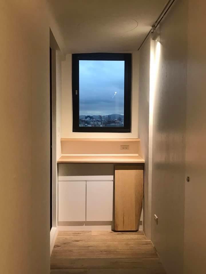 走出男孩房,是往後陽台的角落,也是大門ㄧ打開的重要端景,我設計了這座衣物整理櫃,美麗的栓木實木平台搭配細緻烤漆門片,結合窗戶與天花,成為ㄧ幅均衡的畫面。