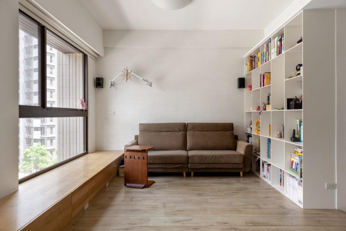窗邊座椅平台扮演著多功能的角色,不僅可當坐椅,亦是將來放上沙發後的邊几,而內部也具有大量的收納空間
