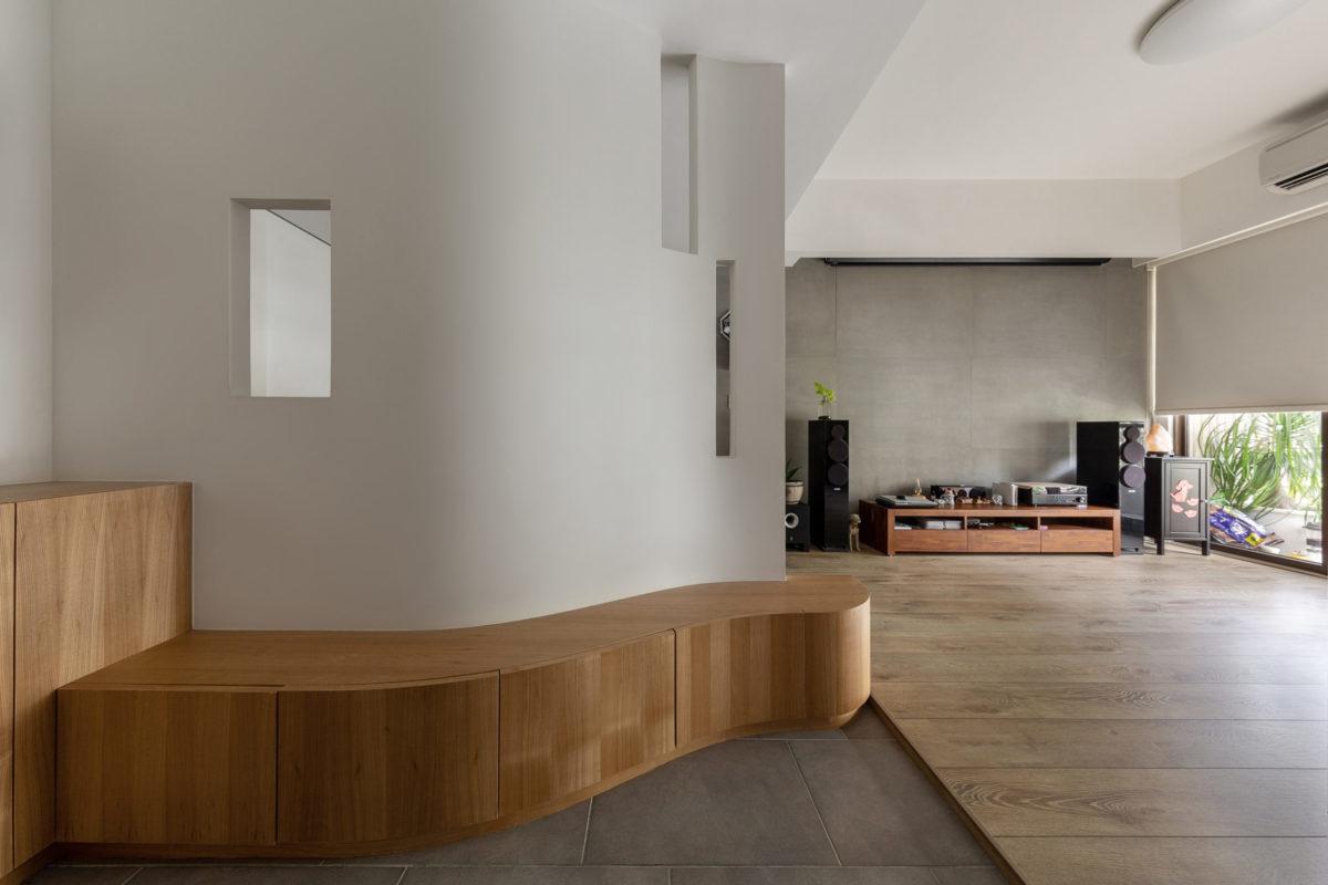 根據業主的需求,在原開門即見客廳的格局中置入一個玄關
