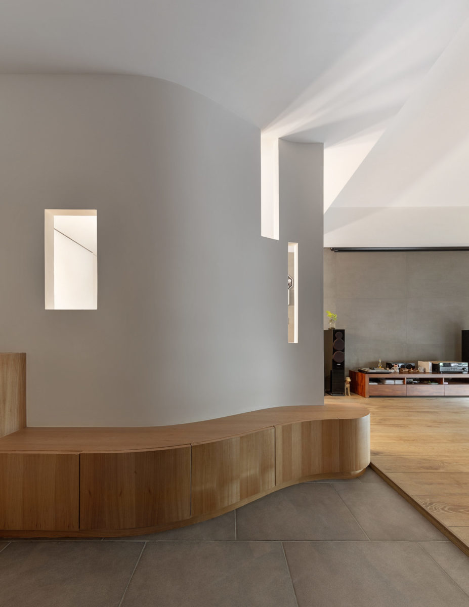 曲牆可以帶給空間流動感,除了降低壓迫感之外,也可以帶來一種輕快的活力,迎接每一位進入空間的人。 由於能夠爭取的玄關空間真的不大,所以我們利用曲線的牆面與櫃體,希望讓玄關在最小的空間達到最大的效果。