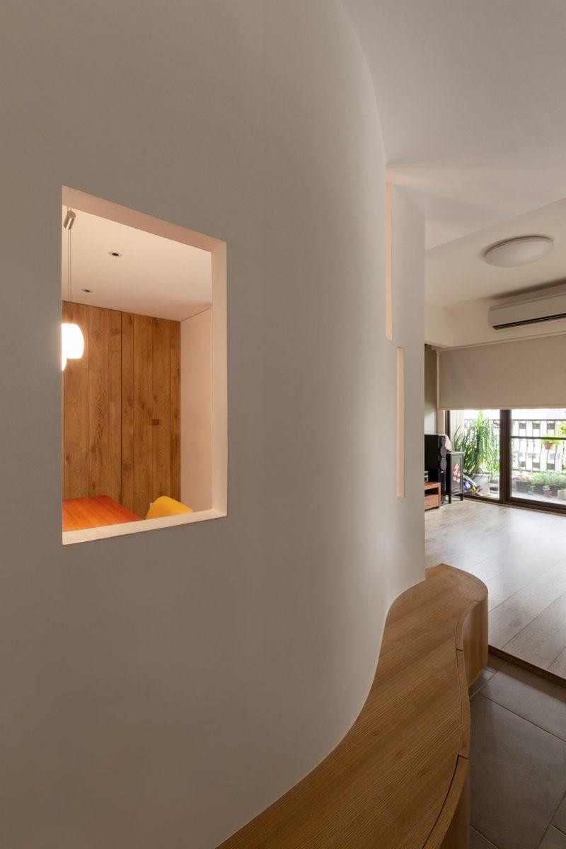 在曲牆上適當地打開幾個窗洞,能增加玄關空間的通透感與趣味性。在曲牆與曲線鞋櫃的曲線設計上,由於兩者在3D立體空間中的效果不同,因此雖然兩者緊連著,但在曲面的設計上還是有所差異。