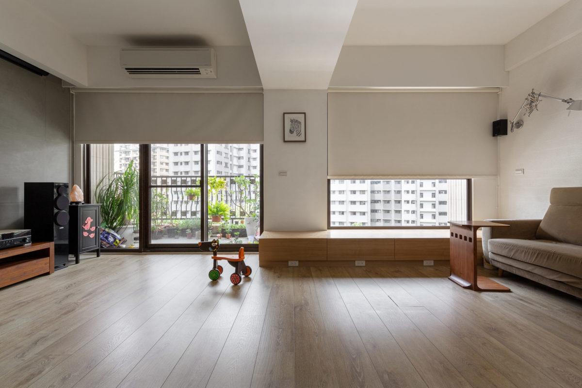 客廳空間在原第三房拆除後,擴大為整個臨正面窗景的大採光空間
