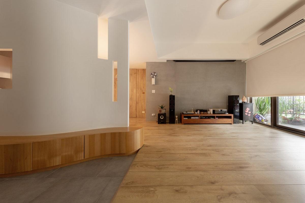 電視主牆是利用樂土施做而成,具有類似清水模、混凝土的質感。玄關地磚搭配著電視主牆的調性