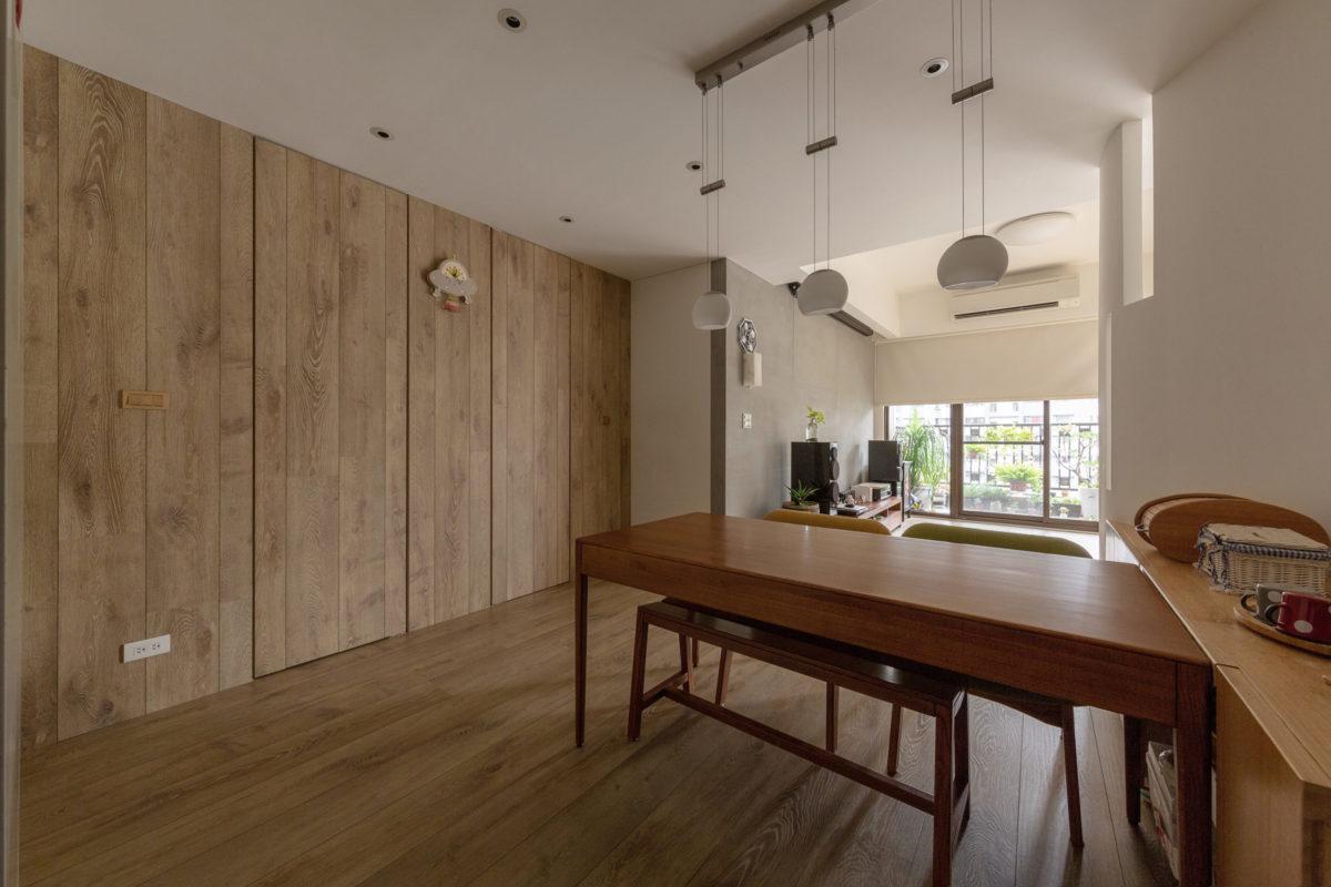 在兩間廁所的入口牆面上利用超耐磨木地板來裝飾牆面,希望將門隱藏起來