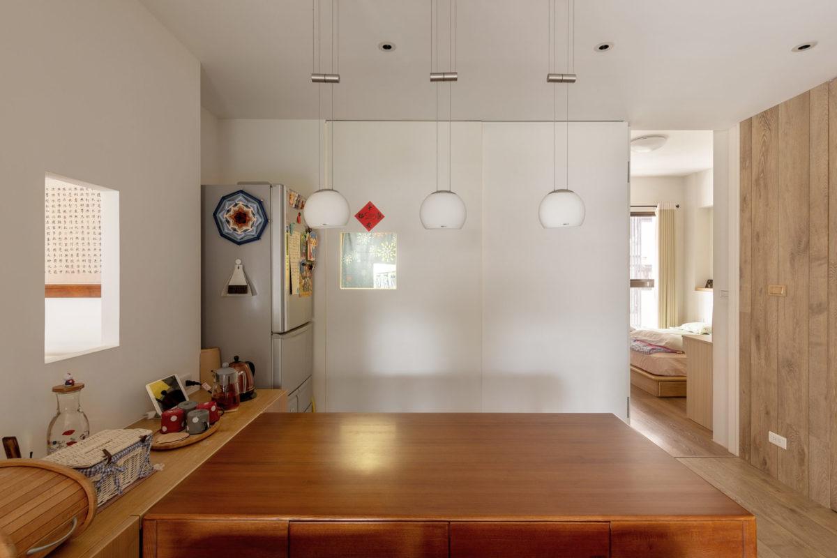 餐廳區與廚房、兩間房間、及廁所相連,是整個空間的樞紐