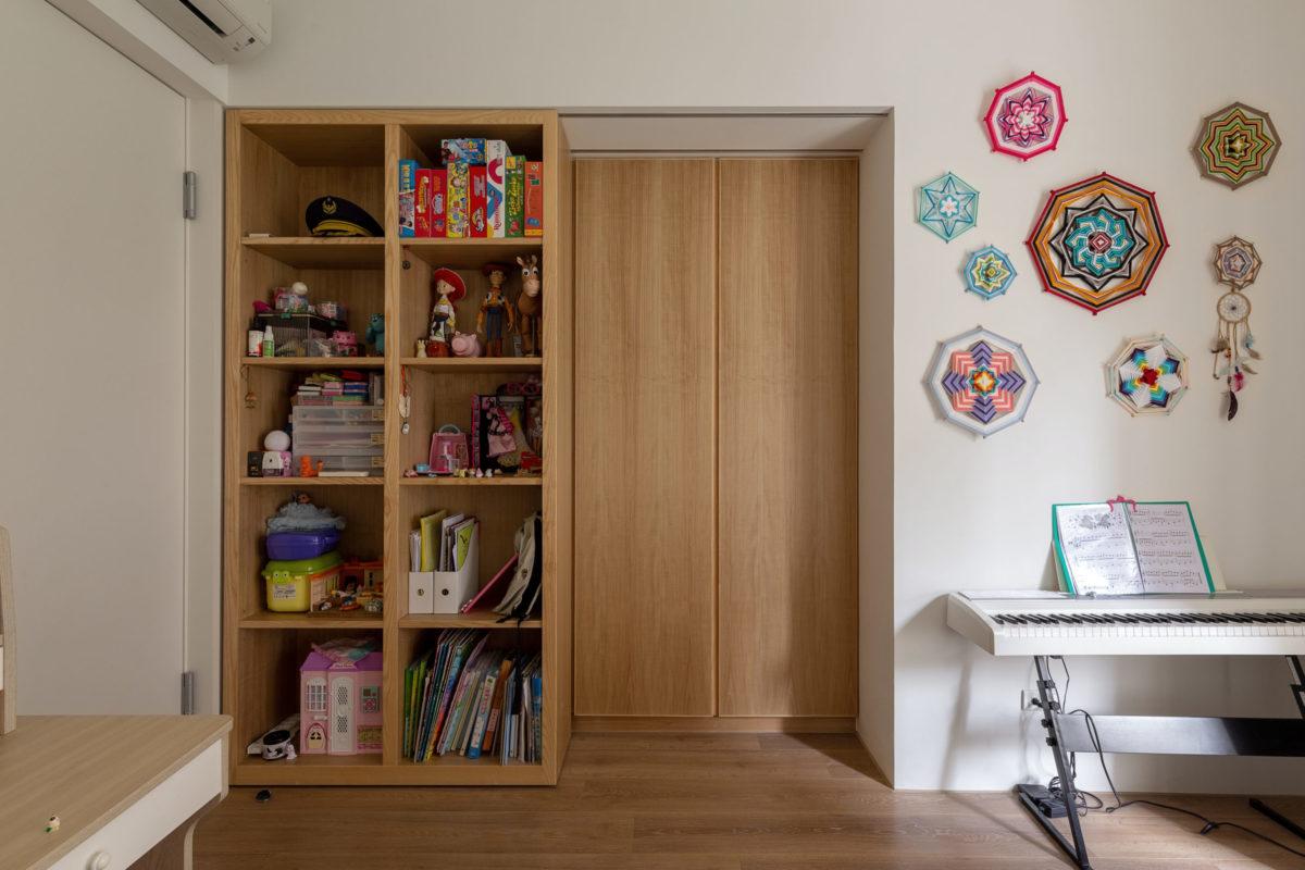 在小孩房的一角有一個較深的空間,為了充分的利用,做了一個雙層櫃的設計。前面是一個置物櫃,後面是衣櫃