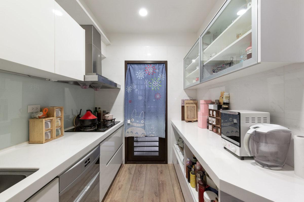 廚房右側是新做的電器櫃與餐具展示櫃