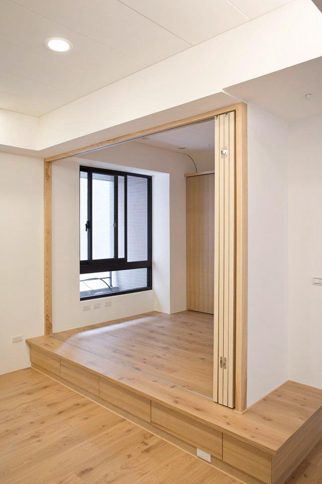 書房後方是彈性可作客房的架高平台