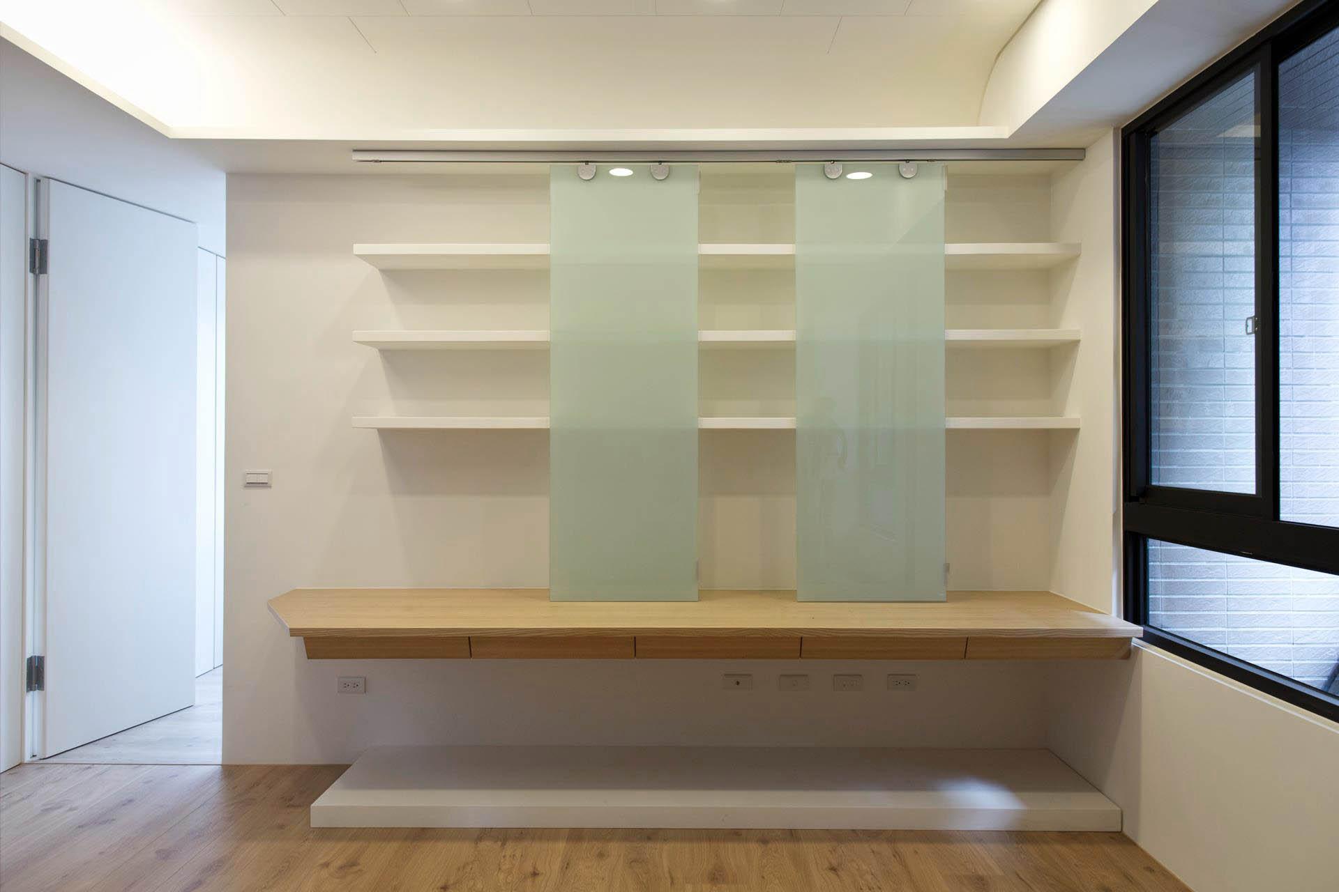 書房。書桌上的兩片可調式門片大概是業主整場設計裡唯一改動的部份,原本我是建議採用牆色木門,但經過溝通後,業主希望改成較為輕盈的玻璃材質。