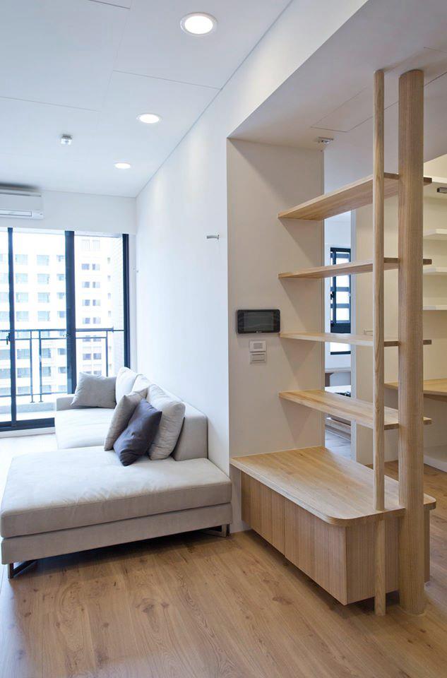 客廳旁是開放式的隔間櫃,稍微區隔出書房與客餐廳空間