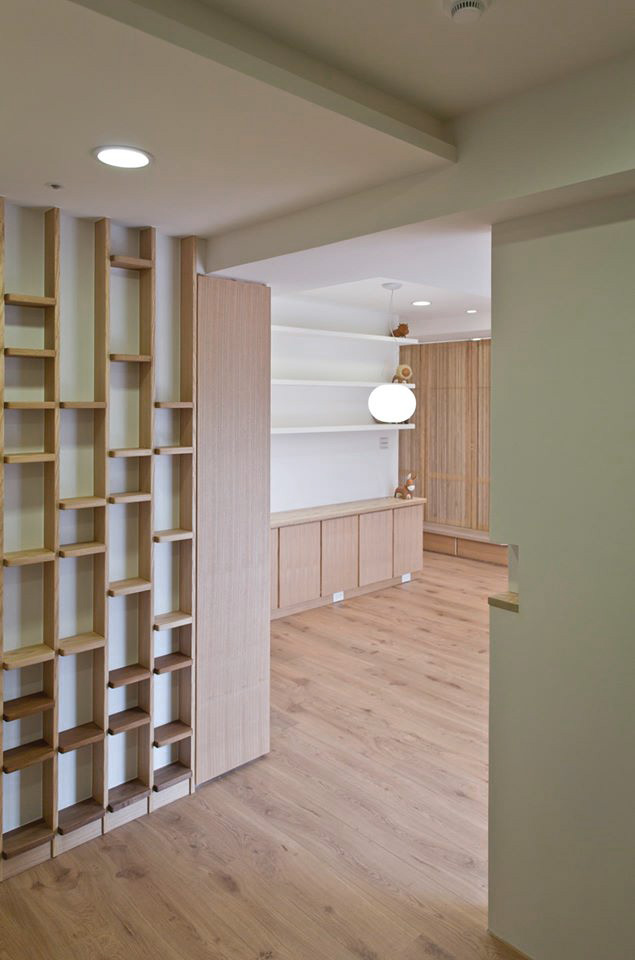 入口的造型CD架,高低錯落的小實木層板是點出整個空間水平韻律的前奏