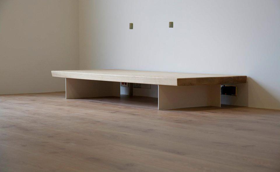 電視櫃利用鐵板來製作腳柱,有助於讓它輕盈化