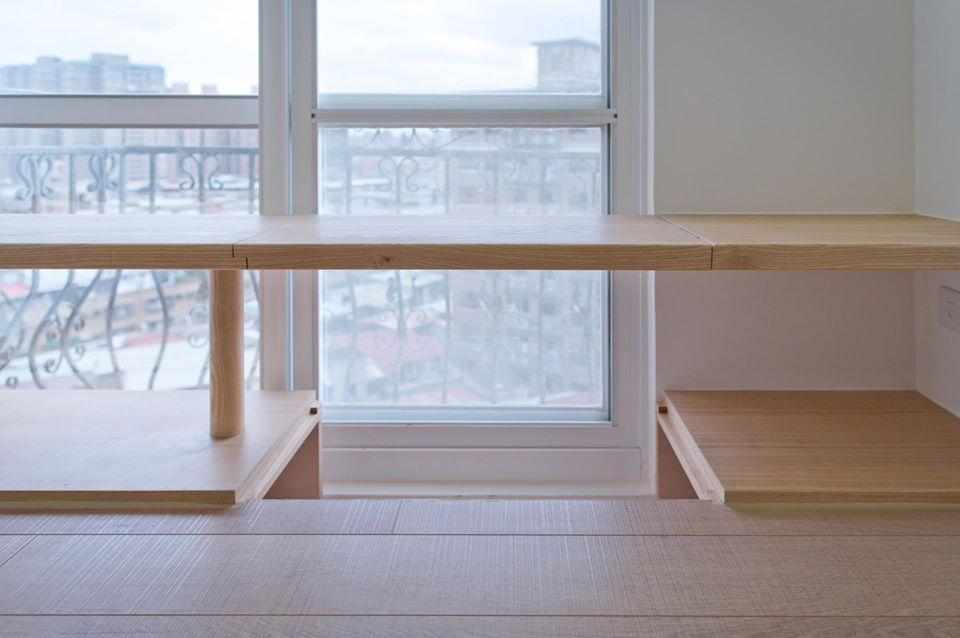 桌下的地板可以彈性拿開,讓主人能更舒適的坐在桌前閱讀
