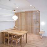 餐廳旁的透光木格柵是廚房與和室,即便關起來也保有延伸性,增加餐廳的寬鬆感