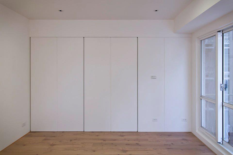左邊是主臥房,牆面是一個隱藏收納櫃,方便主人收納行李箱或其他物品