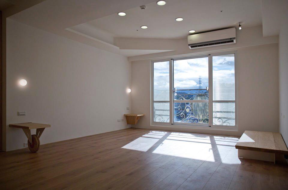客廳旁的大落地窗面對著山景,相當愜意
