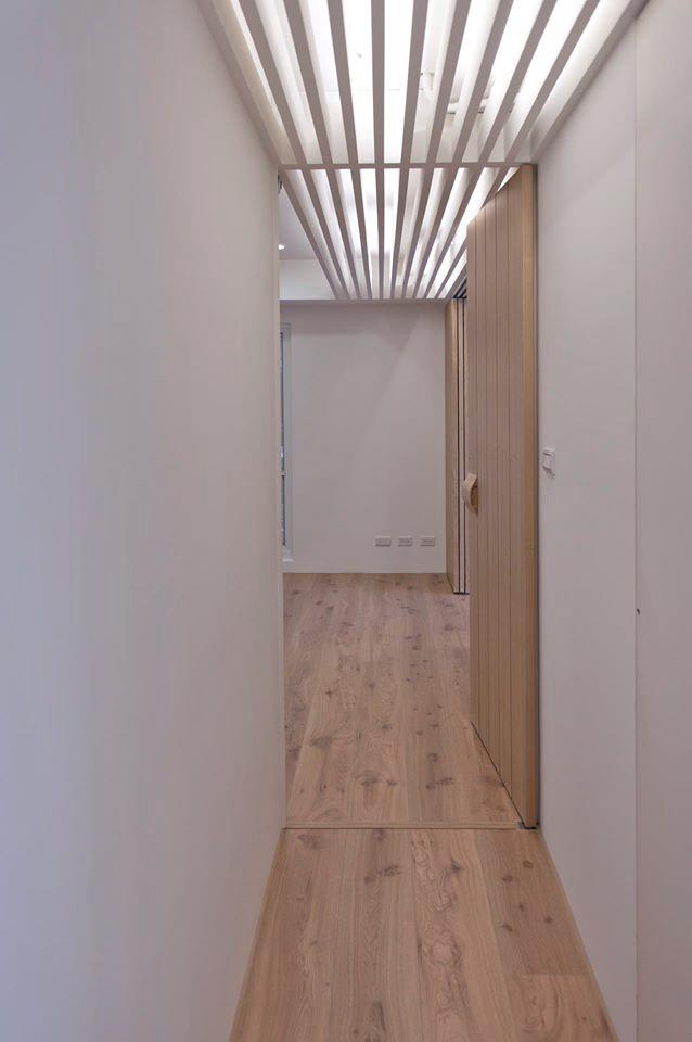 格柵天花一路延伸進主臥房,化解幾根交叉的樑與高低不同的天花