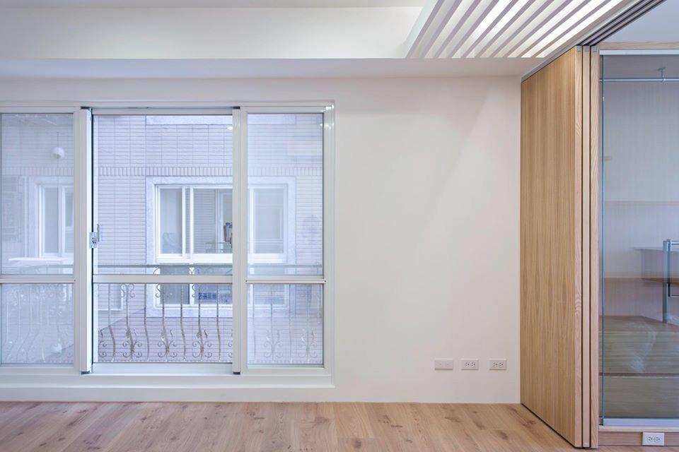 格柵天花畫分了兩個空間:臥鋪區跟書桌區