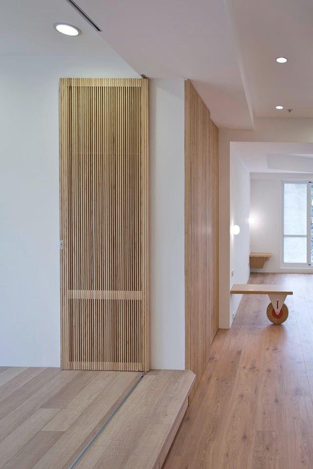 和室隔柵門的前緣小平台可以讓人坐在其上,與餐廳或客廳的人們產生互動關係