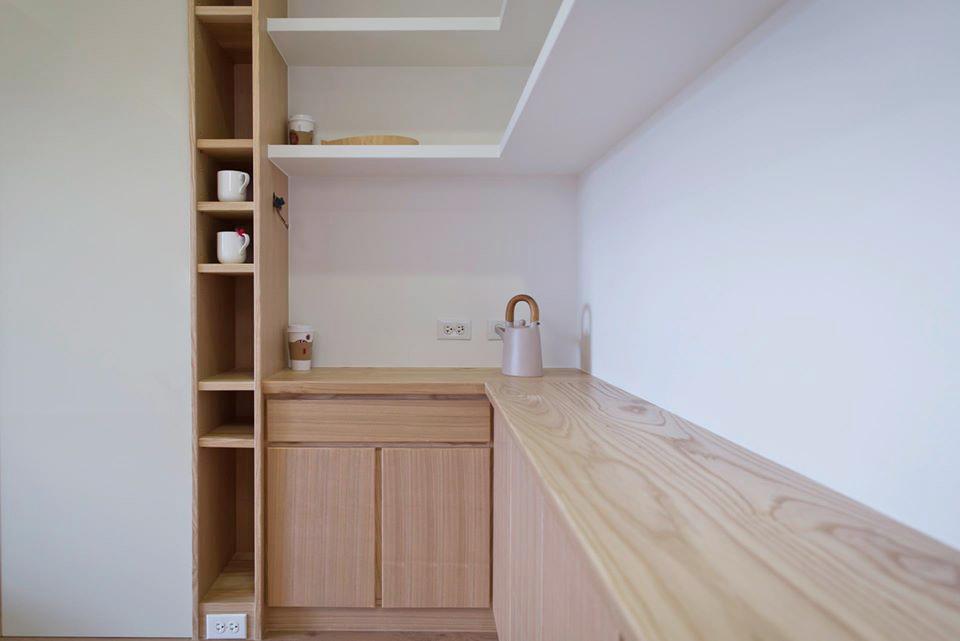 側邊則是酒瓶、咖啡機與電器的收納空間