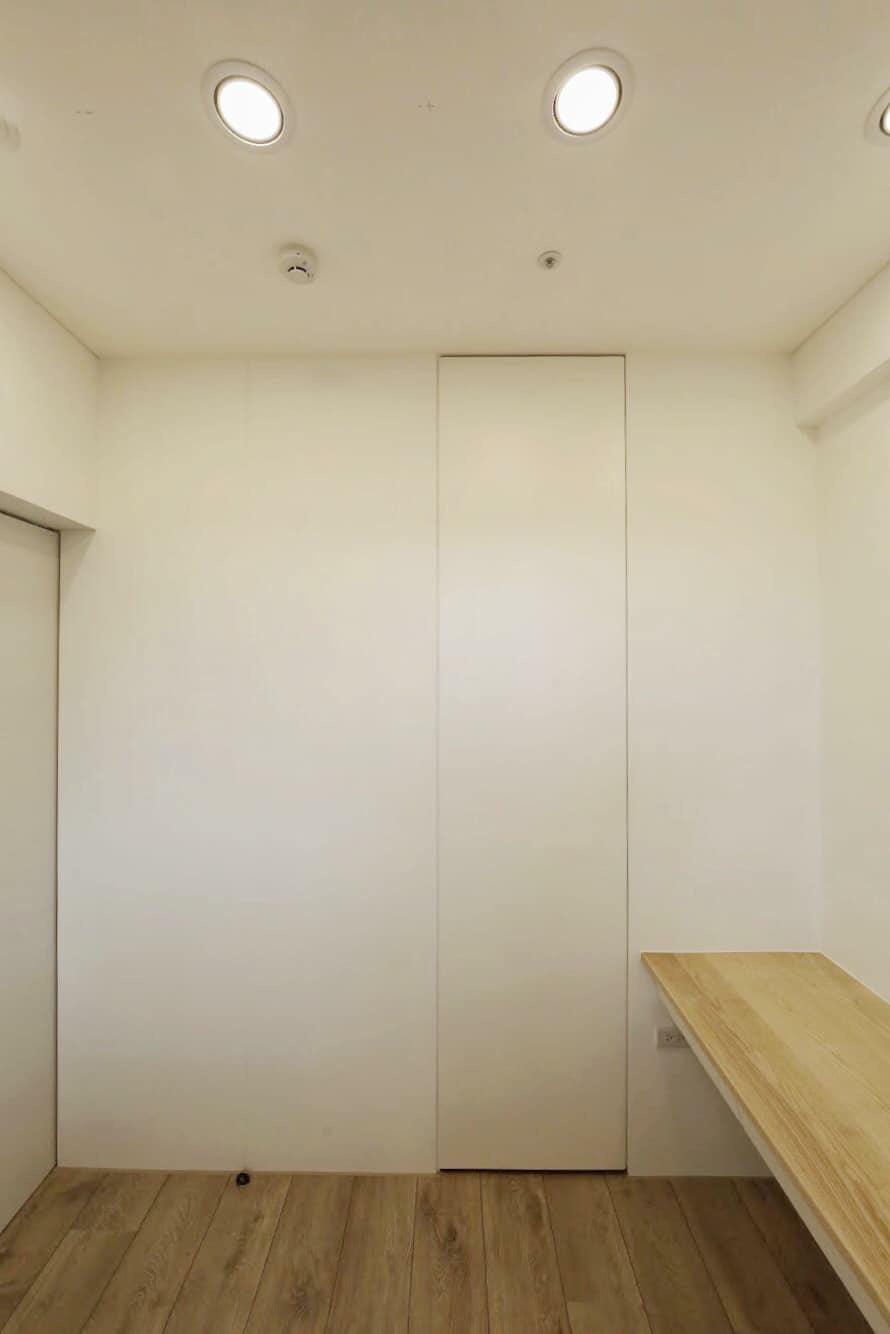 女孩房,栓木實木書桌旁是小更衣間入口。