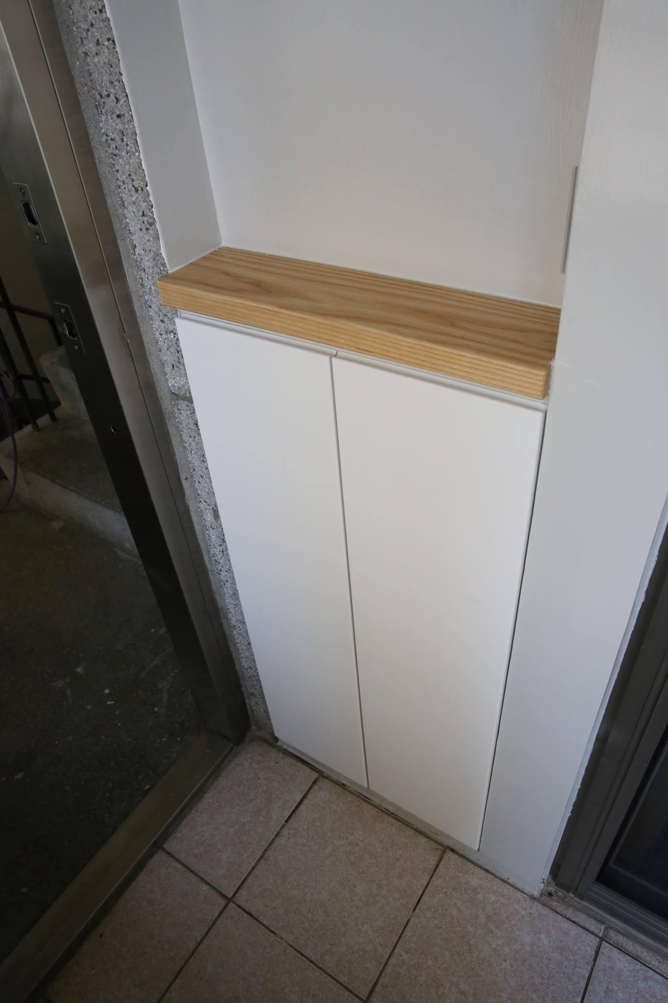 有效利用空間,下方是鞋櫃,上方則是提供客廳使用的cd架