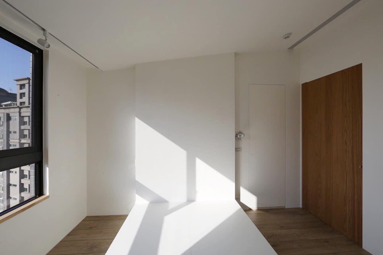 主臥最重要的是這個看似簡單的床頭板設計,讓小房間可以同時滿足簡潔跟機能兼顧。