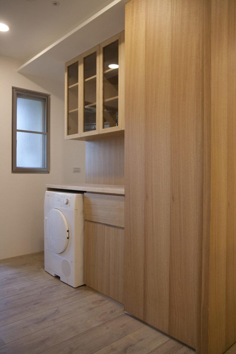 穿過樹洞是媽媽專門整理衣物的工作間,有工作平台、烘衣機以及工作用衣櫃
