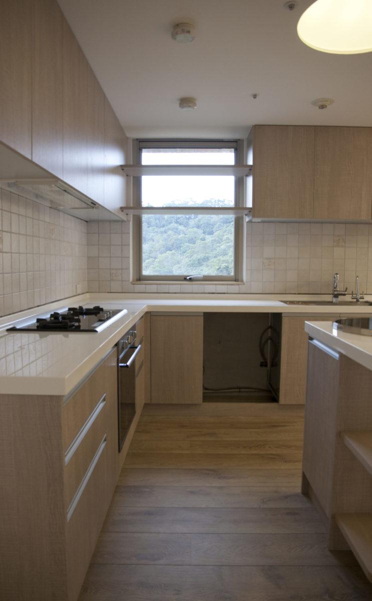 身在廚房能夠看到滿是綠意的窗景,實在是非常享受的一件事!窗邊的活動層板可以隨心情取下,享受更飽滿的視野