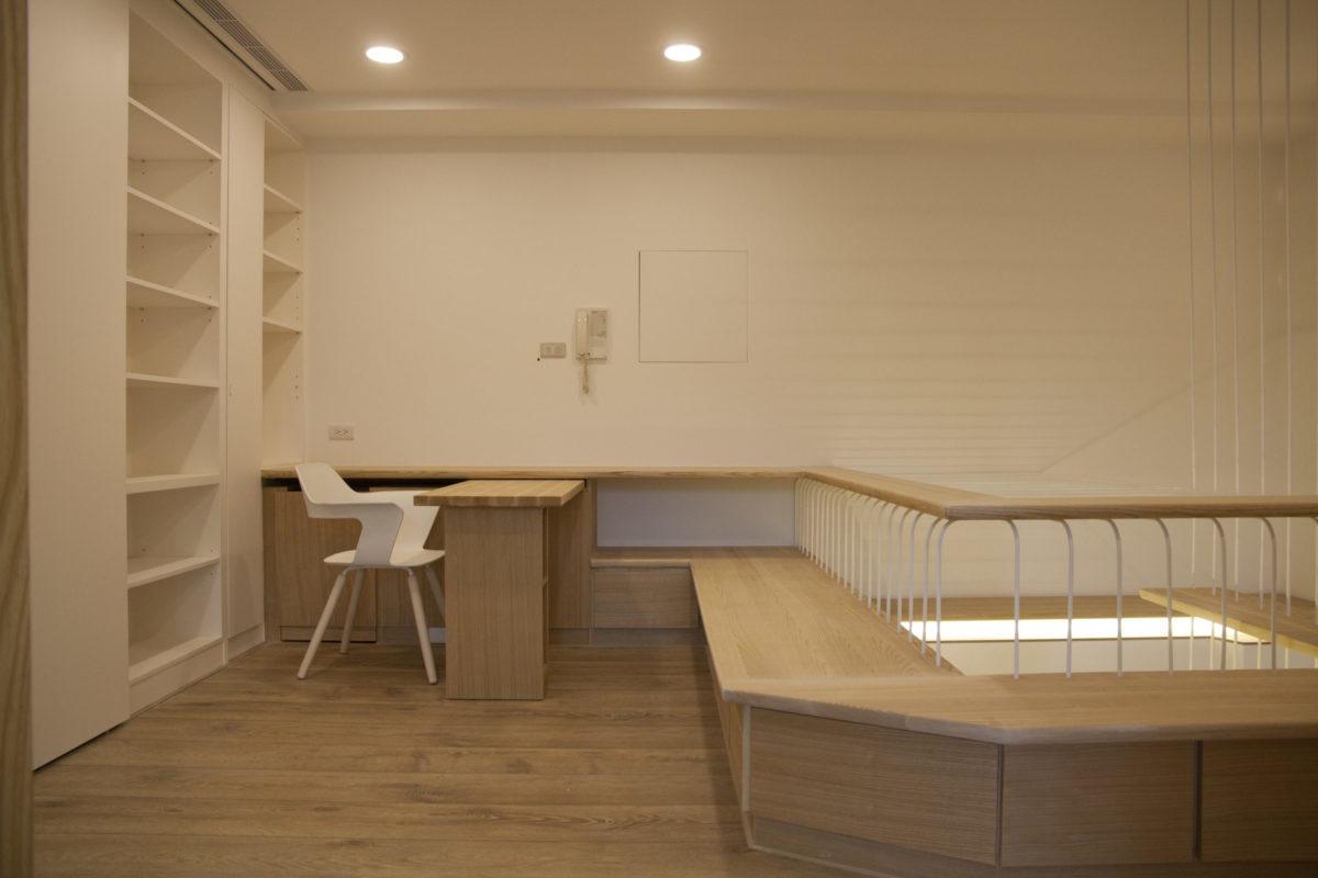 可旋出的桌面! 這也是業主提出的願望~ 桌面下還有放書的小層架,方便使用