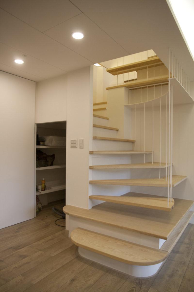 玄關利用樓梯下方做的儲藏室,儲藏空間很多!