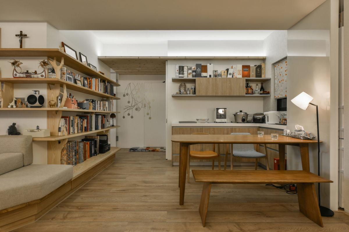 L型書牆旁是廚房延伸到餐廳的電器區